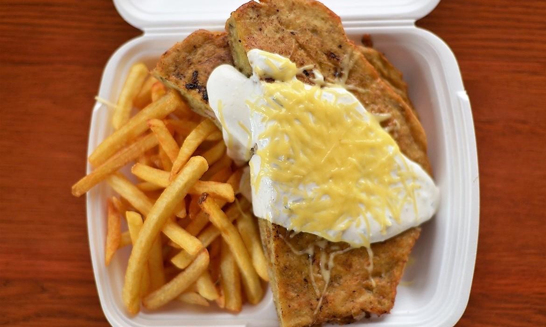 Borzaska vaslapon sütve, fokhagymás tejföllel, reszelt sajttal és hasábbal