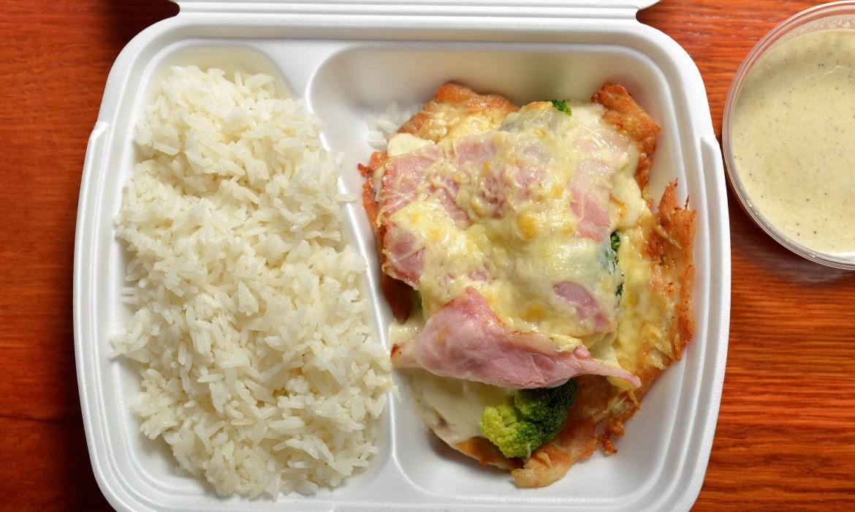 Brokkolival és ropogós baconnal rakott sült csirke rizzsel és borsmártással