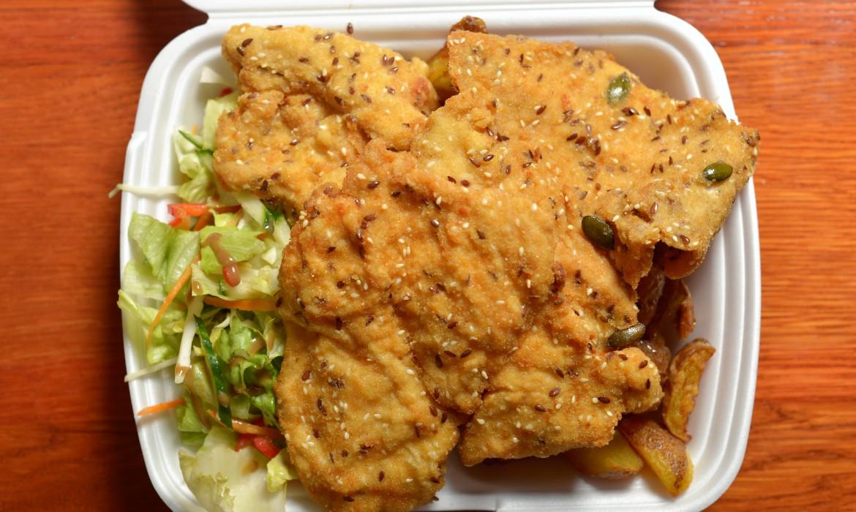 Sokmagvas bundában rántott csirkemell 30 dkg vegyes salátával és héjas sült burgonyával