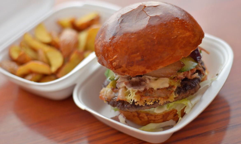 Sajtos- baconos Burger steakburgonyával