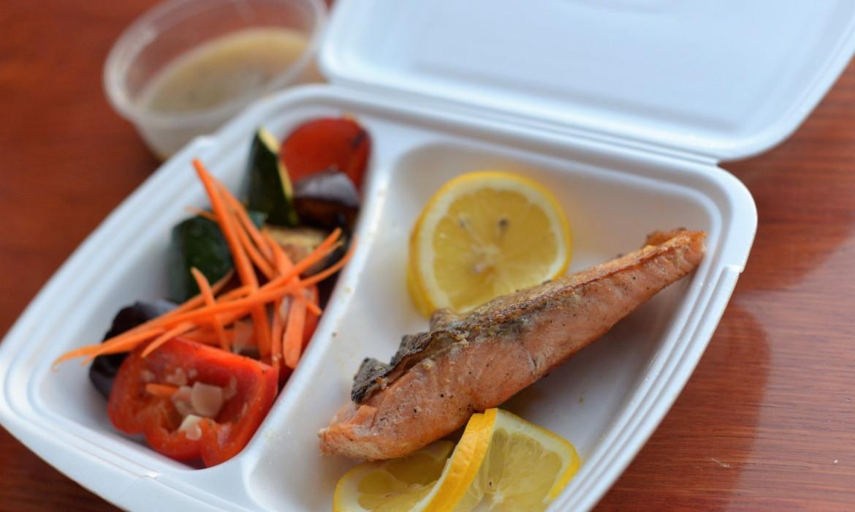 Grillezett lazac pirított mandulás zöldségekkel és bazsalikomos fehérbor mártással