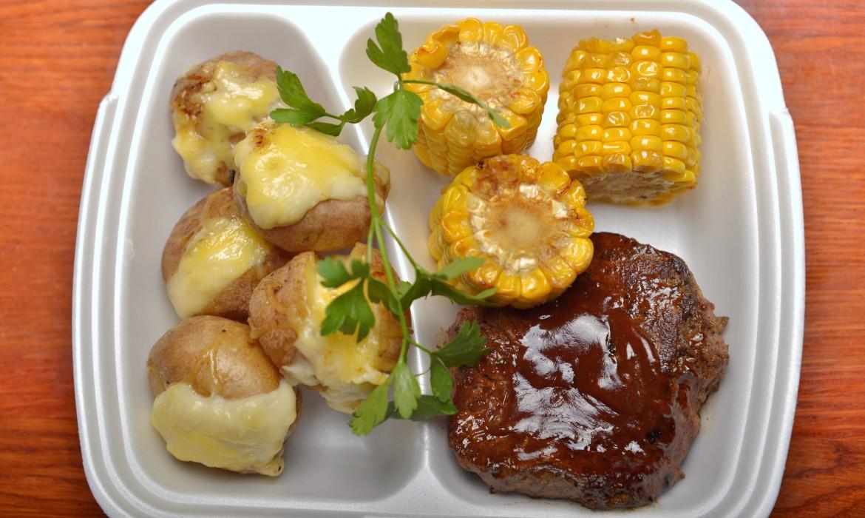 BBQ steak Art burgonyával és grillezett kukoricával