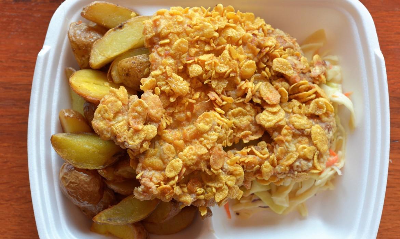 Cornflakesben sült csirkecomb steak burgonyával és majonézes káposztasalátával