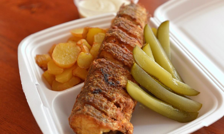 Hekk sült karikaburgonyával, kovászos uborkával és tartárral