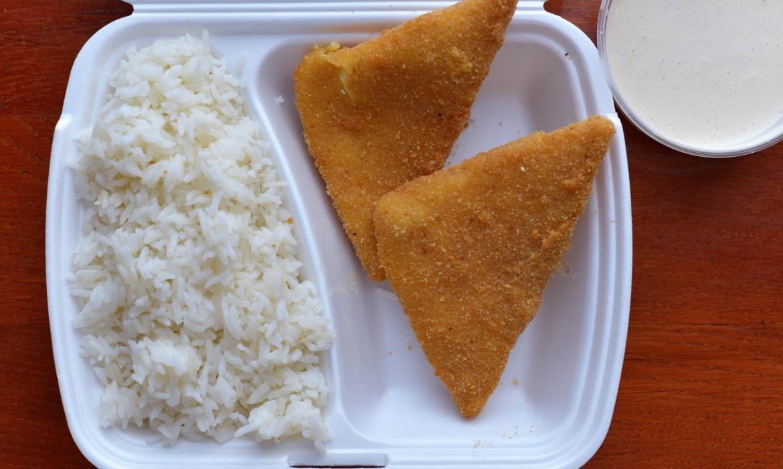 Rántott sajt rizzsel és tartárral