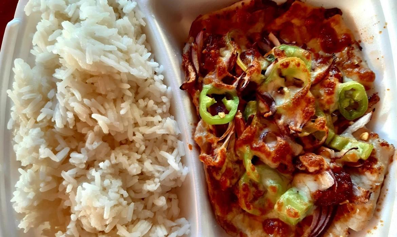 Kemencében sült borda (lilahagyma, erőspaprika, bacon, kolbász, füstölt sajt) rizzsel