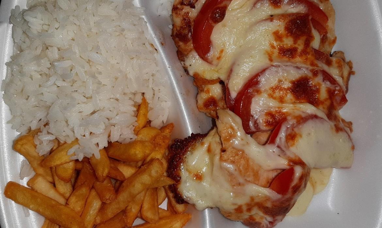 Mozzarellás csirke (csirkemell, mozzarella, paradicsom) vegyeskörettel