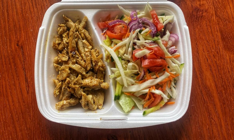 Grillezett csirkemellcsíkok gyros fűszerezéssel és zöldségekkel